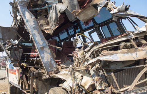 HOROR u Maliju: U saobraćajnoj nesreći STRADALO 37 ljudi, od siline udarca autobus se prepolovio (FOTO)