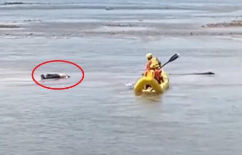 Ugledali čoveka kako nepomično leži u reci: Kada su došli do njega, šokirali su se od prizora (VIDEO)