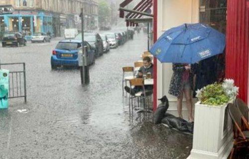 Ni provala oblaka nije ga pomerila s mesta u restoranu: Iza ove slike krije se PRETUŽNA priča
