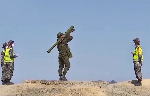 Pogledajte šta može IGLA u rukama ruskog vojnika: Uništio raketu na 1.500 metara visine (VIDEO)
