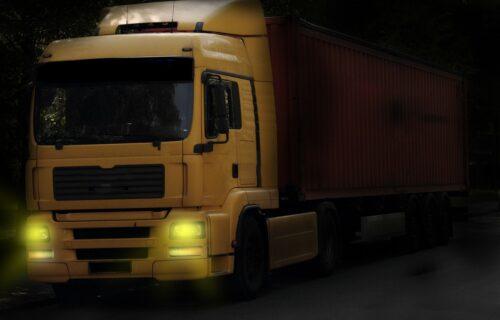 Umalo tragedija! Kamion s NEOBIČNIM teretom zaglavljen na pruzi, a onda je naišao voz (VIDEO)