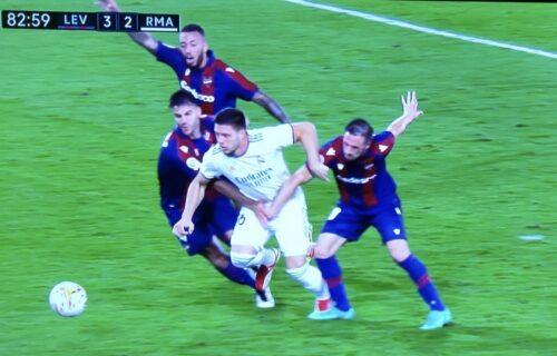 Kako je ovo moguće? Sudije nisu svirale čist penal nad Lukom Jovićem - Realu oteta pobeda (VIDEO)