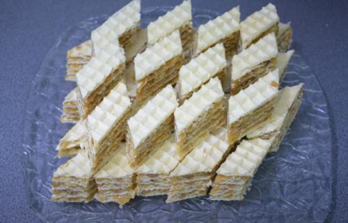 Sultan oblande kakve do sada niste probali: Hrskav kolač ispunjen karamelom i orasima (RECEPT)