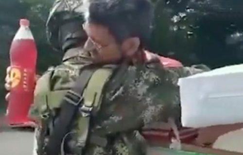 """Gest oca koji je posetio sina vojnika mnoge je raznežio: """"Sine moj, neka ti Bog pomogne"""" (VIDEO)"""