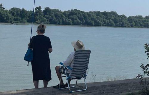 Dirljiv prizor s keja u Beogradu: Ovi baka i deka su DOKAZ da ljubav nema granice ni u poznom dobu (FOTO)