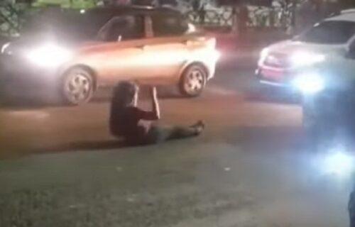Legla nasred kolovoza, valjala se i psovala vozače: Okupljeni joj aplaudirali (VIDEO)