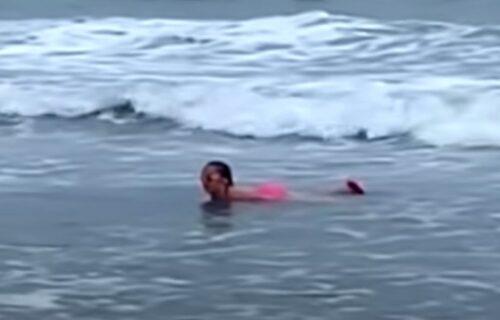 Drama u plićaku: Sara (11) se kupala pred roditeljima, a onda je kraj sebe spazila AJKULU (VIDEO)