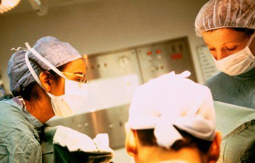 Konobarica (25) završila u bolnici, a onda joj je izvučena JEZIVA stvar iz glave: Uzrok SVINJSKO meso?