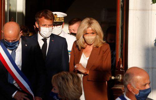 DETALJ na ruci Makronove žene šokirao svet: Predsednik i prva dama Francuske nose DVE burme, evo i zašto