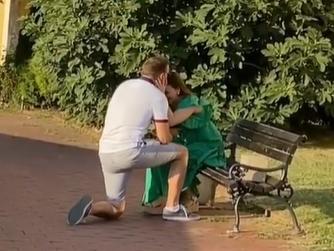 Scena iz Novog Sada RAZNEŽILA celu Srbiju: Mladić na Petrovaradinu RASPLAKAO svoju devojku (VIDEO)