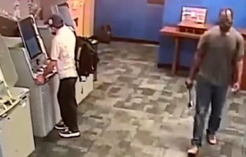 Podizao novac sa bankomata ni ne sluteći da će biti napadnut SEKIROM s leđa (VIDEO)