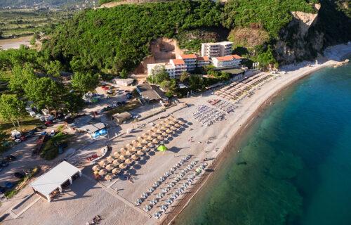 """Na popularnoj plaži u Budvi došlo do PROSVETLJENJA: Paradajz turisti ovim potezom postali """"ELITA"""" (VIDEO)"""