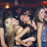 Policajci upali na žurku 35 PAROVA u zanosu: Na vratima zatekli tri gole devojke, pa su učinili OVO