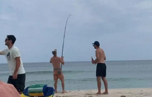 Pecao na plaži, pa nešto VELIKO krenulo da mu vuče udicu: Kad je video ŠTA je, zanemeo je (VIDEO)