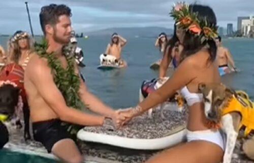 Na čamcima, nasred okeana: Mnogi se slažu da je ovo najluđe venčanje ikada (VIDEO)