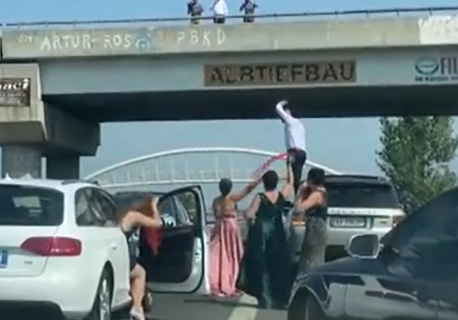 """""""Ne udajemo ĆERKU svaki dan!"""": Svatovi BLOKIRALI auto-put, napravili kolaps - ljudi u šoku (VIDEO)"""
