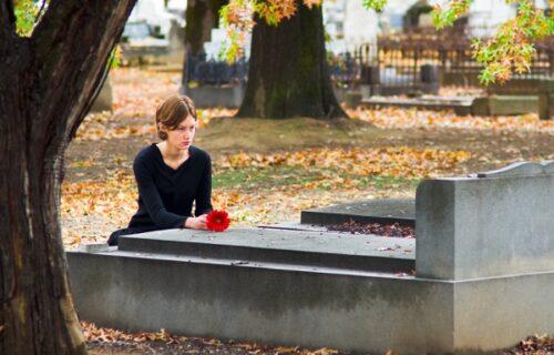 Dva meseca na grobu muža viđala TUĐE cveće, a onda je spazila i ženu: Najveća tajna ju je DOKRAJČILA