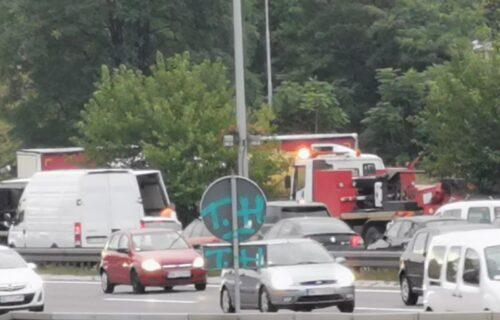 Saobraćajka na Mostarskoj petlji: Prevrnuo se kamion, vozač POVREĐEN - prevezen u Urgentni centar (FOTO)