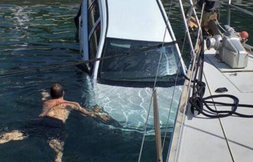 NEVIĐENA SCENA u grčkom letovalištu: Sleteo automobilom sa šetališta i sudario se sa čamcem u moru (FOTO)