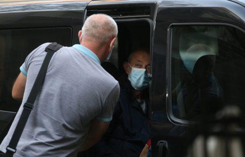 Mika Aleksić stigao u Palatu pravde: Ispred ga sačekali sa TRANSPARENTOM o Mileni Radulović
