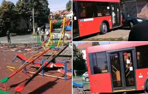 Snimak RAZORENOG parkića u koji je uleteo autobus u Zemunu: POKOSIO sve pred sobom i udario auto (VIDEO)
