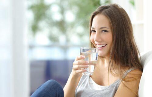 Nemate naviku da redovno PIJETE dovoljnu količinu vode? EVO na koji način to možete da promenite