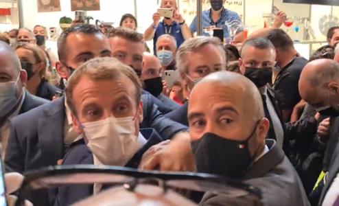 Makron ponovo NAPADNUT: Francuski predsednik pogođen predmetom u Lionu (VIDEO)