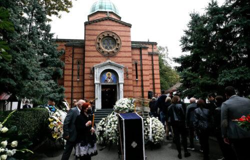 Potresne scene sa Novog groblja: Dudin kovčeg donose u crkvu