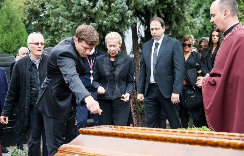 Najbolniji trenutak sa sahrane: Sin i supruga se kod groba oprostili od Dude Ivkovića (VIDEO)