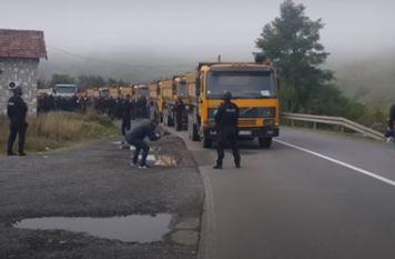 Brutalno kršenje Briselskog sporazuma: Rosu naoružan do zuba počeo da skida SRPSKE TABLICE (FOTO+VIDEO)