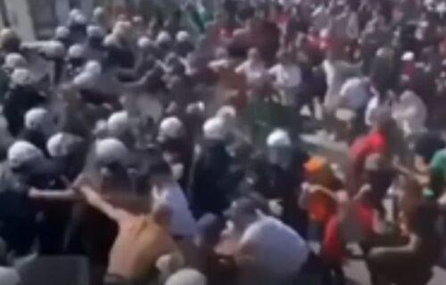 KATASTROFA NA CETINJU: Situacija se otela kontroli, probijen kordon, komite napale policiju (VIDEO)