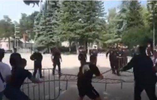 Komite POČELE da prave haos na Cetinju: Milovi HULIGANI ruše zaštitne ograde, policija nemo gleda (VIDEO)