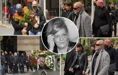 Potresne scene na sahrani Marine Tucaković: Pevač nosio KRST na čelu povorke, estrada u SUZAMA (FOTO)