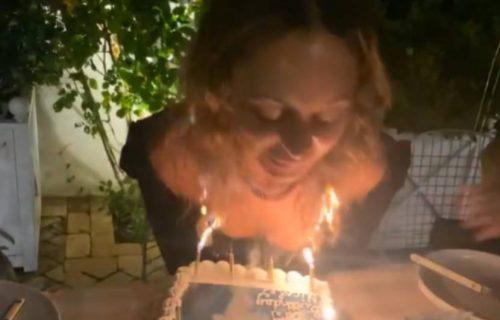 Ćerka poznatog pevača se ZAPALILA: Fanovi ŠOKIRANI stravičnim prizorom (VIDEO)