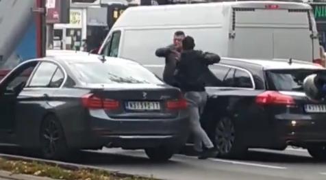 HAOS u Novom Sadu: Stali na semafor, pa izleteli iz automobila da se potuku - sevale pesnice (VIDEO)