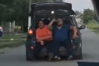 """ŠOK prizor na prigradskom putu kod Novog Sada: Zaseli u gepek, pa """"potegli"""" flašu (VIDEO)"""