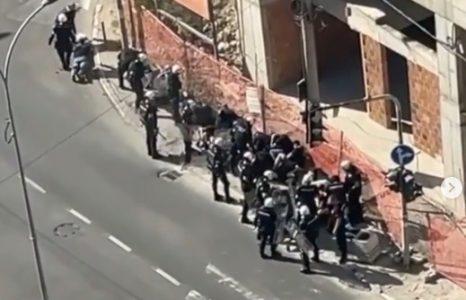 """Snimak hapšenja na ulicama Beograda: Policija brzo reagovala i privela """"delije"""" i """"grobare"""" (VIDEO)"""