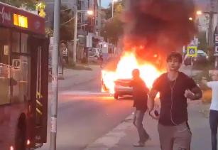 Automobil se ZAPALIO nasred ulice i samo što ne eksplodira: Drama u Kumodražu, prolaznici BEŽE (VIDEO)