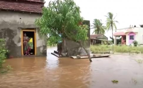 U Indiji monsuni izazvali POPLAVE i klizišta: Evakuisano 200.000, a POGINULO najmanje 180 ljudi (VIDEO)
