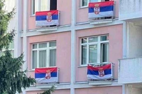 PREDIVNO jutro osvanulo u Beogradu: Širom prestonice istaknute ZASTAVE na Dan srpskog jedinstva (FOTO)