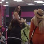 Haos u Zadruzi! Takmičarke se POPELE na sto, pa krenule jedna na drugu: RAZDVAJALI ih cimeri (VIDEO)