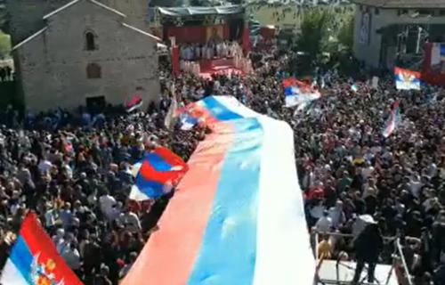 Vijori se SRPSKA trobojka REKORDNIH dimenzija: Prizor iz Berana oduzima dah (VIDEO)