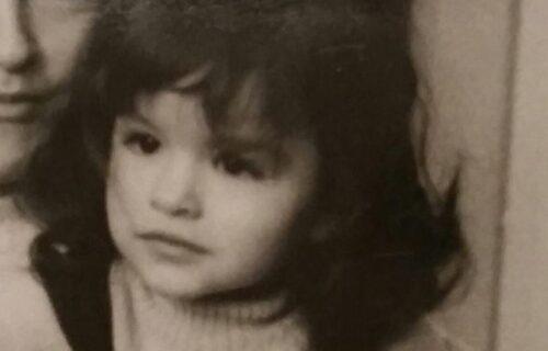 Devojčica sa fotografije danas je jedna od NAJVEĆIH ZVEZDA u regionu: Da li je prepoznajete? (FOTO)