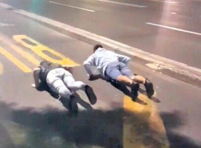 Osnovci u Beogradu imaju novi OPASAN izazov: Leže na ulici dok ne naiđu kola, evo o čemu je reč (FOTO)