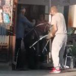 Haos u Šapcu: Umalo zgazio dve žene sa decom, pa udario u žardinjere kafića i NAPAO GOSTE (VIDEO)