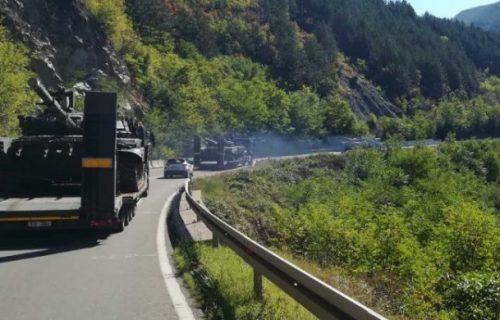 Srbija uz svoj NAROD: Migovi nadleću Jarinje, stižu i tenkovi - Albanci u PANICI (FOTO)