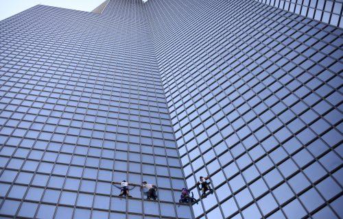 GOLIM rukama se popeo na toranj visok oko 200 metara: Razlog je NEVEROVATAN (FOTO)