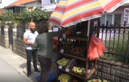 Povratnici iz Kanade prodaju povrće na POVERENJE kod Kraljeva: Služite se sami, a novac ubacite u sanduče