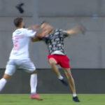 Ovo je stravično: Fudbaler iz sve snage nokautirao huligana, nastao je opšti haos (VIDEO)