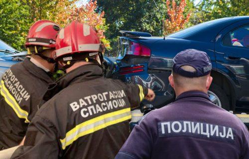SAOBRAĆAJKA kod Đurđeva: Sudarila se dva vozila, oba SMRSKANA - vatrogasci ih seku da dođu do putnika